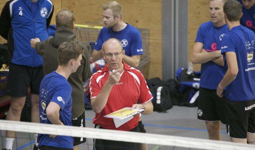 <p>Rijk Binnekamp geeft Joshua Veldman aanwijzingen tijdens het Dries v.d. Berg palingtoernooi bij VVH op 5 september. (foto: Hans Oordt)</p>