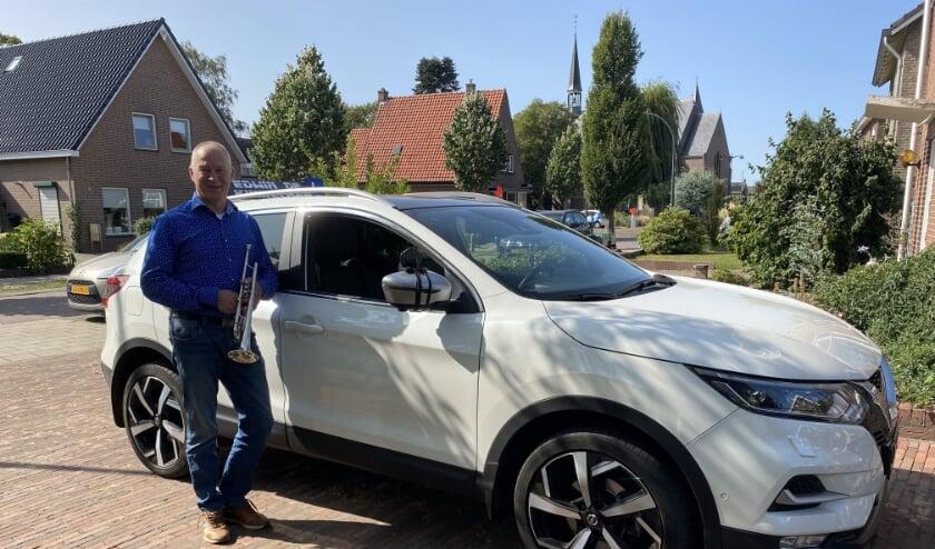 <p>Zijn lesauto, de trompet en het dorp Loil zijn, natuurlijk naast zijn gezin, belangrijk voor Edwin de Kinkelaar. (Foto: Karin van der Velden)</p>