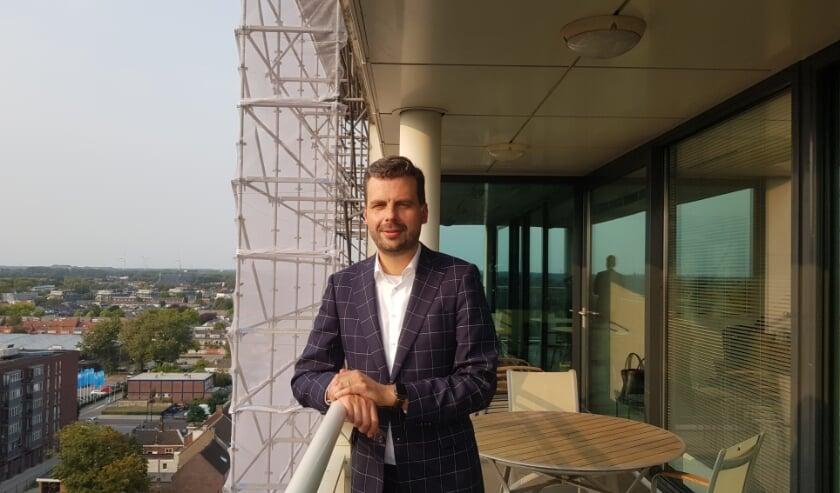 <p>Wethouder Berend de Vries op het balkon van het stadskantoor.</p>
