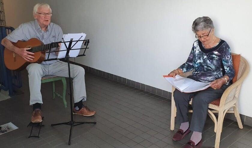 <p>Musicus Kees Vermeulen verzorgt het zangcadeau voor mensen, die een opkikkertje kunnen gebruiken.</p>