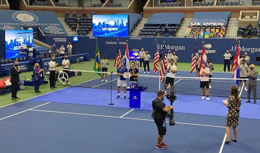 <p>De Duivense toptennisser Wesley Koolhof (blauw shirt) tijdens de prijsuitreiking van het dubbelspel van de US Open.</p>