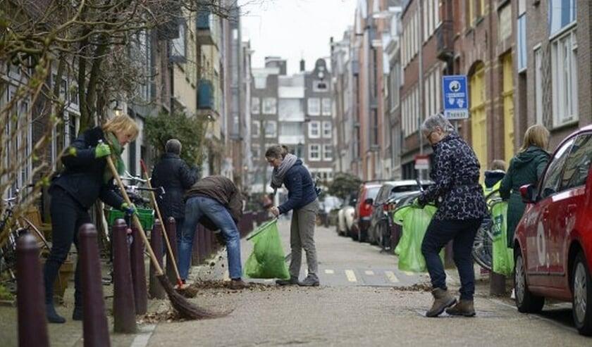<p>Burgers op pad om hun omgeving zwerfafvalvrij te maken. (foto: NederlandSchoon)</p>