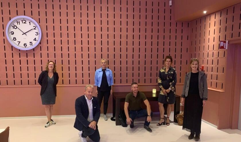 Docenten van Rijn IJssel poseren met D66-lijsttrekker Sigrid Kaag (lichtblauwe blouse).