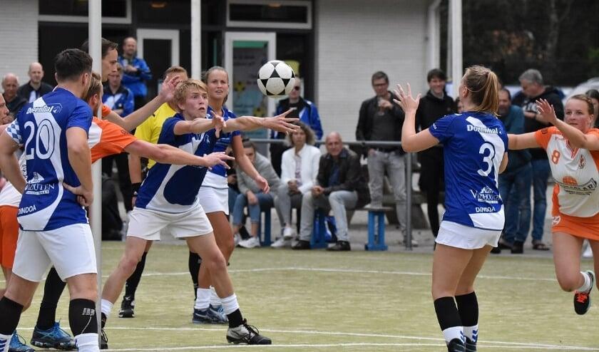 <p>Tom van den Berg gooit de bal naar zijn zus Daphne. (foto: Rik van den Bos)</p>
