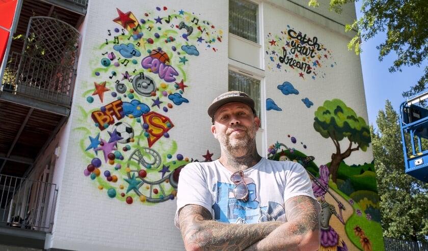 Erik Veldmeijer voor de muurschildering aan de Statenlaan/ Westerpark