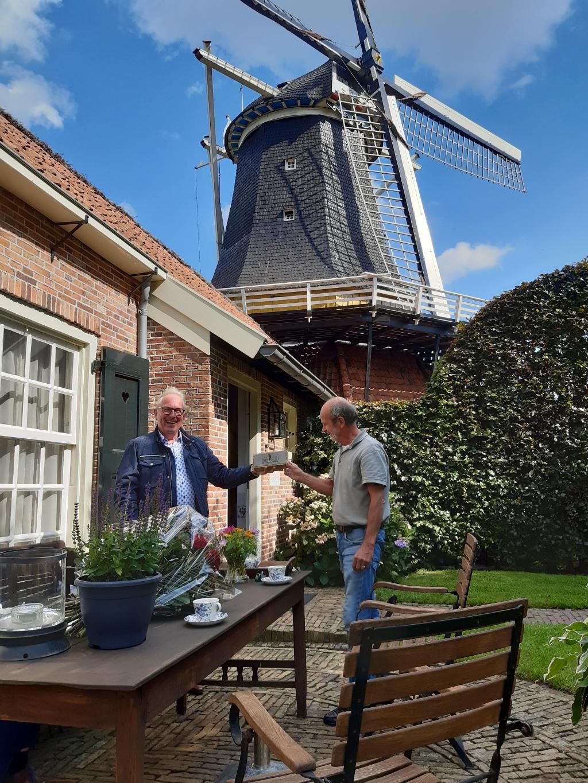 <p>Foto van de uitreikeing Erfgoedpluim Rijssen-Holten aan de heer Ter Horst voor de Pelmolen.</p> Foto: Gemeente Rijssen-Holten © DPG Media