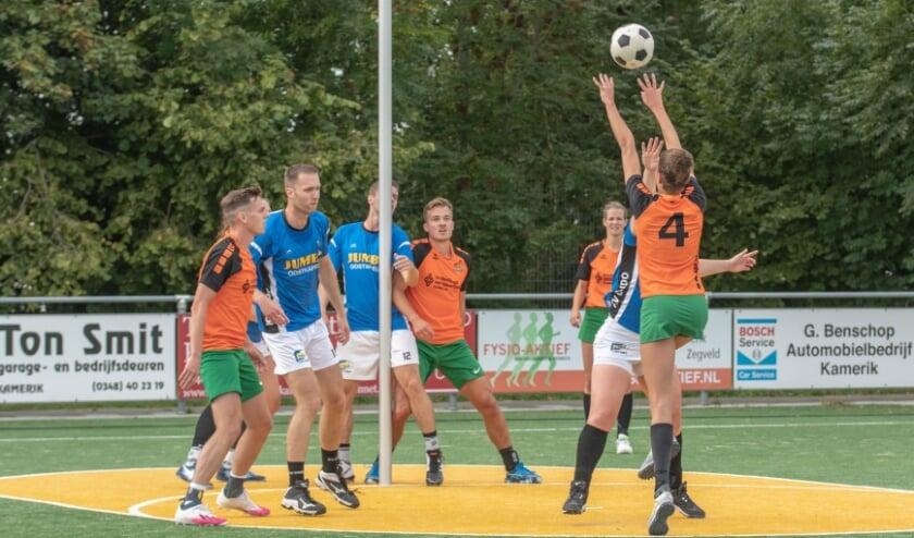 Anne van Meurs neemt een vrije bal.