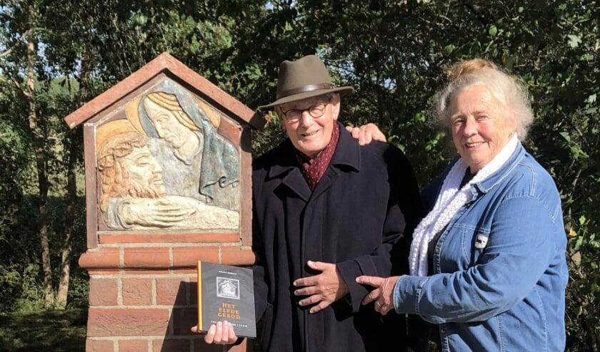 <p>Gerard Dubbeld en Rianne Boelen brachten afgelopen donderdag, 76 jaar na de gebeurtenis, een bezoek aan het monument aan de Jan Klingenweg.</p>