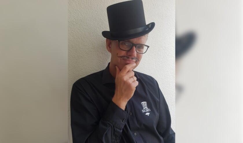 Marc van Coeverden in zijn outfit als de 'Black Baron', zijn inspiratiebron die leidde tot een succesvolle, lokale bierbrouwerij.