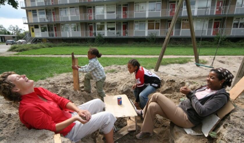 Vrijwilliger en Home-Start gezin doen leuke dingen samen.
