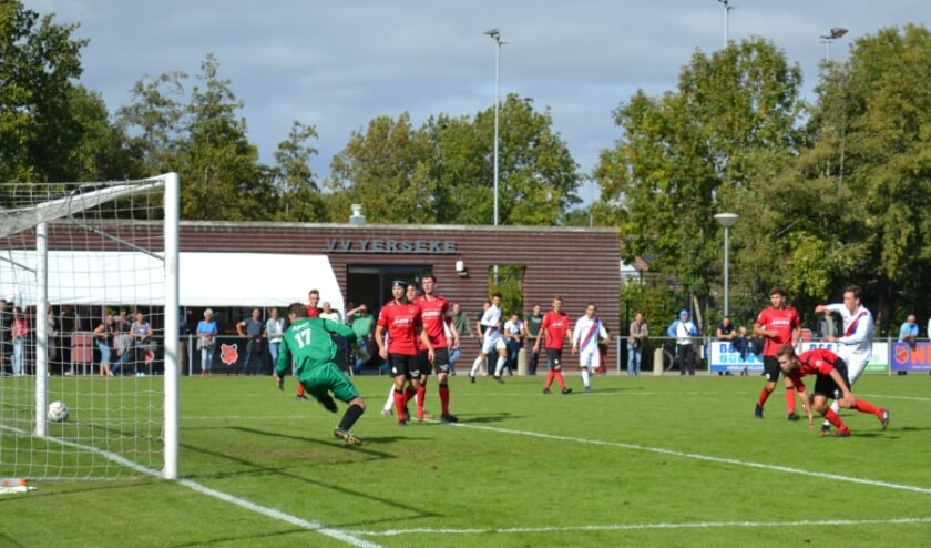 <p>Koen Kuipers scoort de 0-2. (Foto: Jan Boom)</p>