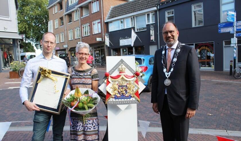 <p>Henri Dijkman en Miriam Blom ontvangen uit handen van burgemeester De Baat het Hofleveranciersschild (Foto: Marlous Velthausz)</p>