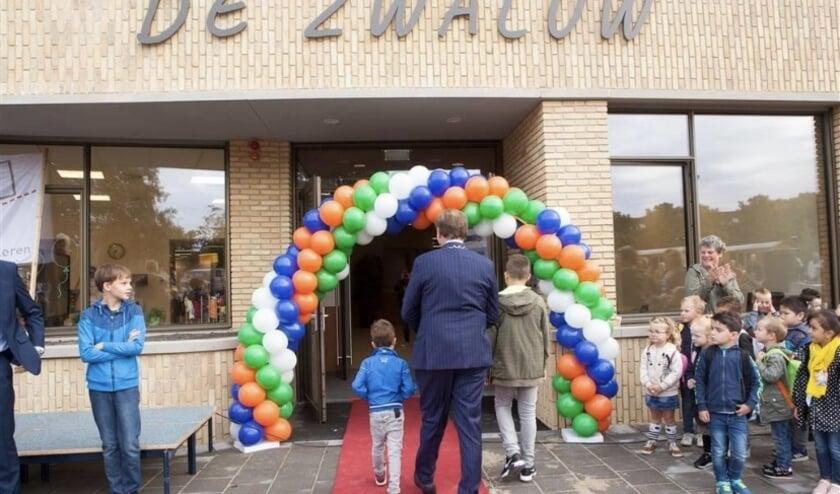 <p>Burgemeester Gert- Jan Kats mag samen met twee kinderen als eerste het nieuwe gebouw betreden.</p>