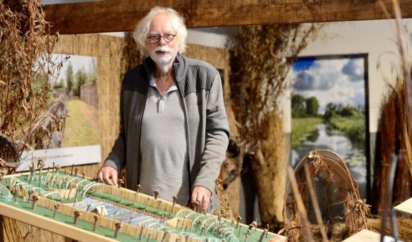 Jan Taat vertelt aan de aanwezige maquette over de herinrichting van de nieuwe eendenkooi aan de Leidsche Hoeve. Jan nodigt u uit.
