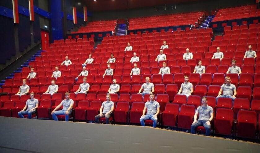 <p>Selectie en staf van VRC in de grote zaal van Theater Lampegiet. Mogelijk gemaakt door de Veensche Businessclub. (Foto: Co Keulstra)</p>