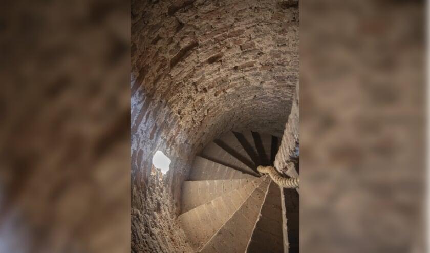 Foto uit het boek: de wenteltrap in de middeleeuwse toren