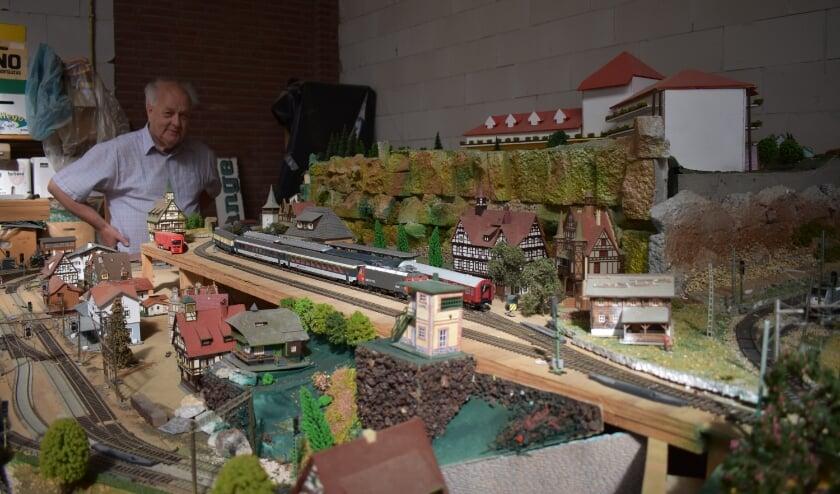 """<p>Klaas van Erkelens: """"Met het bouwen van een landschap voor de treinmodelbaan ben je zo vijf of zes weken bezig."""" (Foto: Van Gaalen Media)</p>"""