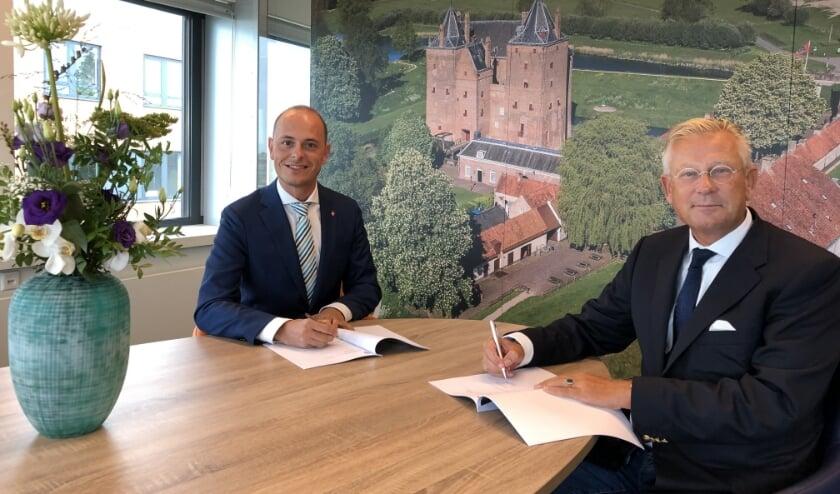 <p>Marc Janssen van Meld Misdaad Anoniem (rechts) en burgemeester Van Maaren ondertekenden vorig week een samenwerkingsovereenkomst.</p>