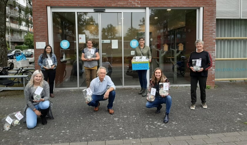 <p>Samen met hulp van vrijwilligers is de 'hug in a cup' actie van start gegaan bij Solidez.</p>