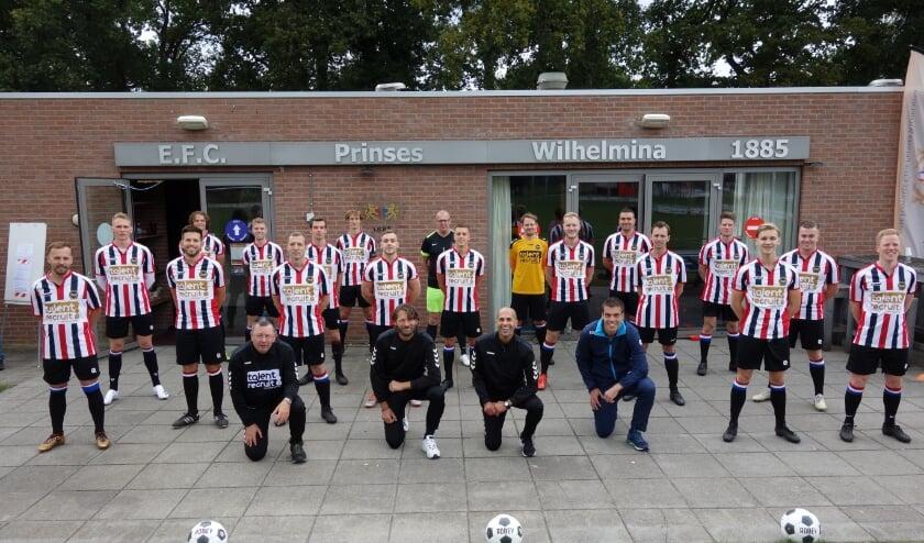 <p>De eerste selectie van EFC PW 1885. De club gaat ook beginnen met walking football. (Foto: Van Beest)</p>