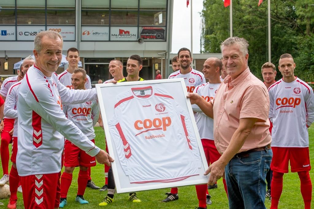 Voorzitter Martijn Bouwman (links) overhandigde een ingelijst wedstrijdshirt aan sponsor Willie van de Berg van Coop Babberich. (foto: Wil Kuipers)   © DPG Media