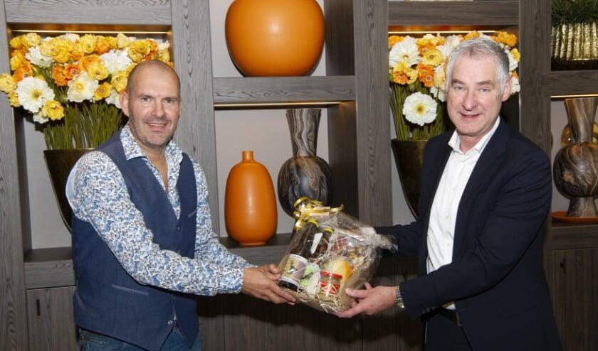 <p>Jan Ummenthum (rechts) wenst zijn opvolger Sjoerd Geurts veel succes. (Foto: Jacques Kok)</p>