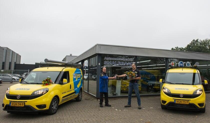 <p>Evert Draaijer, medewerker bij Automobielbedrijf Smalbraak overhandigt Mark van Emmerik van Elektra Epe een flesje wijn en een bos bloemen en feliciteert hem met de aanschaf van zijn twee Fiat D&ograve;blo-bedrijfswagens. </p>