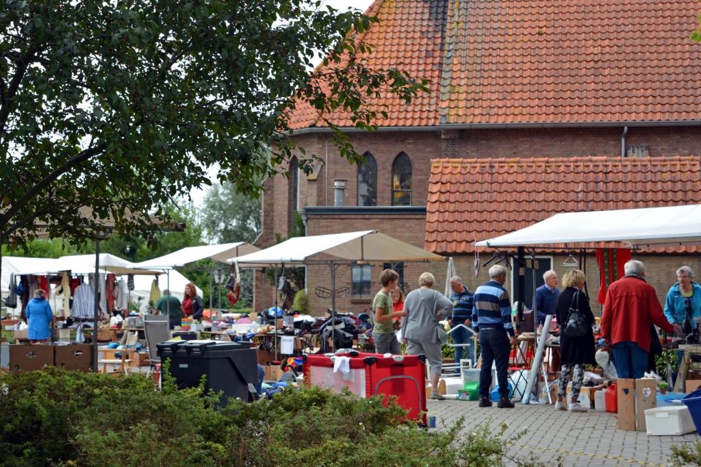 Rommelmarktrondje om de kerk Foto: Alie Blom © DPG Media