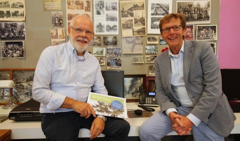 <p>Hennie Henzen (l) en Johan Huibers met de fietsroute van de Dag van de Architectuur en Open Monumentendag.</p>