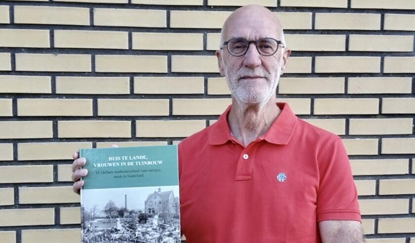<p>Frans Holtkamp met het bijzondere boek &#39;Huis te Lande, vrouwen in de tuinbouw&#39; wat op 20 oktober gepresenteerd zal worden. </p>