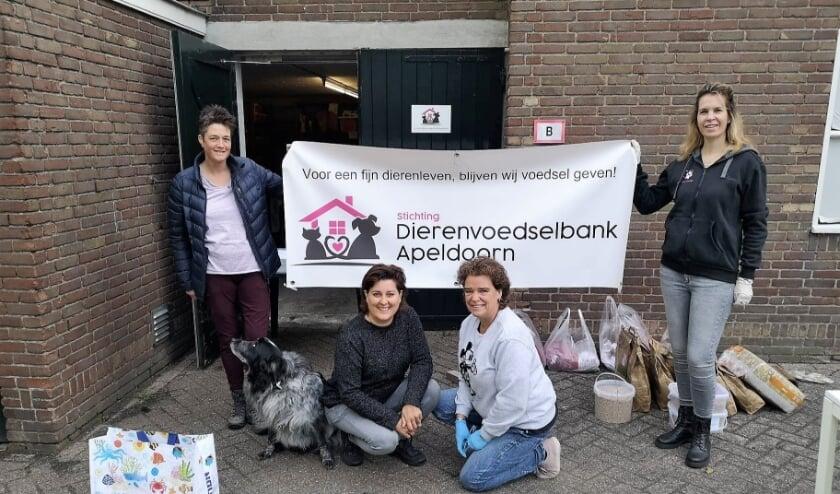 <p>Dierenvoedselbank Apeldoorn tijdens de maandelijkse uitgifte, met rechtsvoor voorzitter Willeke Gordon.</p>