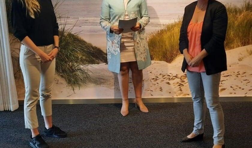 vlnr Claudia de Jong, wijkverpleegkundige Vierstroom Zorg Thuis, Susan Veenhoff, directeur Vierstroom Zorg Thuis en Sita Ttjepkema, directeur Driehoorne