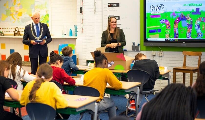 <p>De burgemeester in de klas. (Foto: Rick van der Tuin)</p>