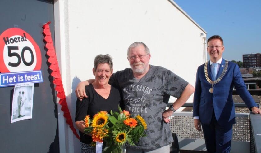 <p>Op een stralende woensdag 2 september vierden Joke en Bert Vergeer hun gouden huwelijksdag, met een onverwacht bezoek van burgemeester Van Domburg. Coronaveilig uiteraard. (Foto: Lysette Verwegen)</p>
