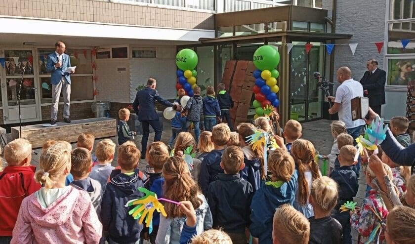 De heropeningshandeling bij de gerenoveerde Boaz-Jachinschool.