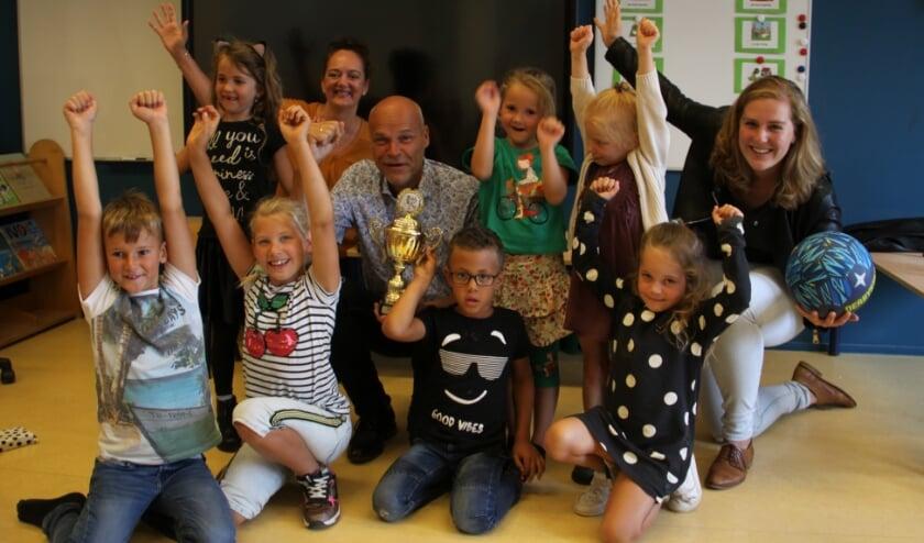 <p>De kinderen van team Wij2 zijn de winnaars van de PIT zomerchallenges 2020 en kregen van bestuurder Ad Vos de gouden beker. (Foto: pr)</p>