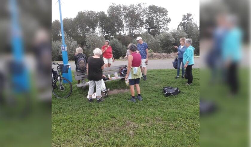 <p>De deelnemers van de eerste Reuma Walk Home Edition houden onderweg een korte pauze.&nbsp;</p>
