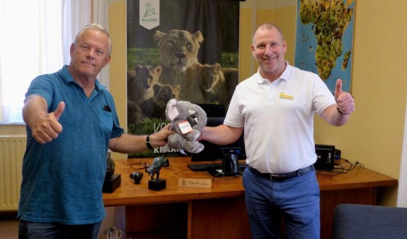 <p>De correspondent van Weekkrant de Botlek nam voor het dochtertje van Blijdorp directeur Erik Zevenbergen een Villa Joep olifantje mee. Foto: Roel van Deursen.</p>
