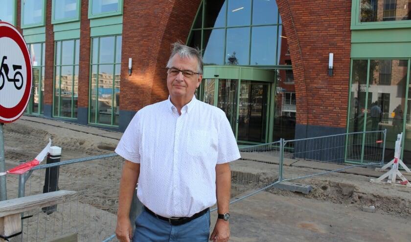 <p>Nico Moen van WerkVinden Alphen bij de nieuwe bibliotheek: binnenkort zijn alle workshops op deze plek. FOTO: Morvenna Goudkade.&nbsp;</p>