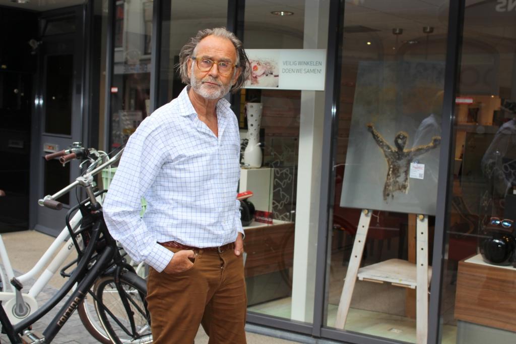 <p>Kunstschilder Dirk van der Vecht doet mee met zijn werk &#39;Ontsnapping&#39;, te zien bij Verboon Oogadviseurs.</p> <p>Foto: Morvenna Goudkade</p> © DPG Media