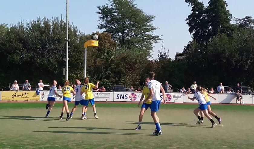 <p>Een spelmoment in de wedstrijd Kinderdijk-DVS. (Foto: DVS)</p>