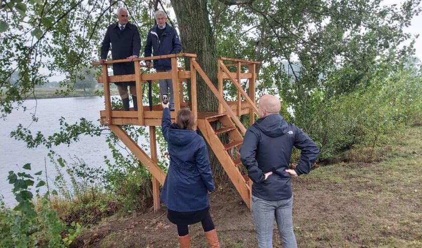 <p>Wethouder Peter de Vries en voorzitter van ondernemersvereniging de Zandmeren Kees de Jong openen tijdens de livestream het wandelpad.</p>