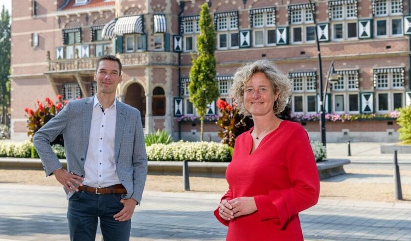 Roeland Sluiskes en Ieke Roelofs van het Ondernemersplein voor het gemeentehuis van Zeist.
