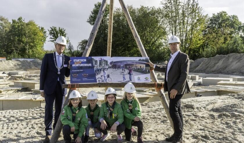 In samenwerking met welpen stelden burgemeester Gerrit-Jan Gorter en gedeputeerde Harold Hofstra deze middag op avontuurlijke wijze een plaquette samen. (foto: van Det Fotografie)