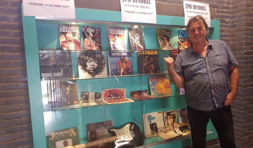 Muziekdocent Gino Buysrogge voor de Jimi Hendrix tentoonstelling.
