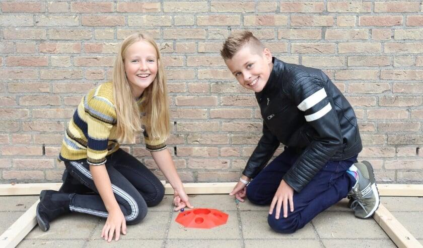 Twee leerlingen van de Lingelaar zijn aan het knikkeren