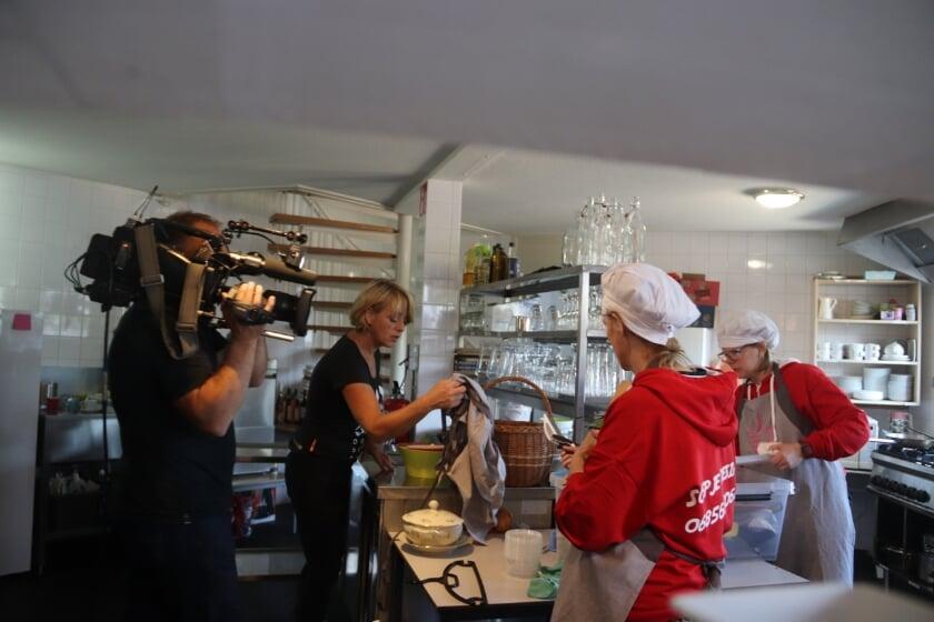 <p>Presentatrice Angelique Kr&uuml;ger hielp de vrijwilligers bij het maken van de heerlijke soep, terwijl dit alles met de camera werd vastgelegd. (foto: Theo van Dam)</p>