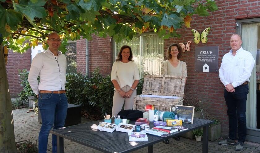 <p>Thijs van den Biggelaar en Barbara Kolen, Van der Stappen uitvaartverzorging en Jannie van den Biggelaar en Eric van der Palen, zorgorganisatie Severinus.</p>