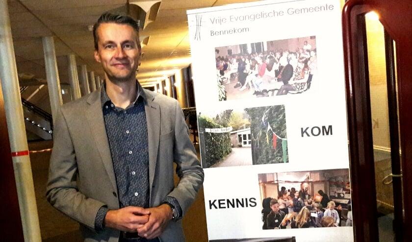 De nieuwe voorganger van de Vrije Evangelische Gemeente, dominee Jan Vos, bij de ingang van de grootste kerkzaal van Bennekom