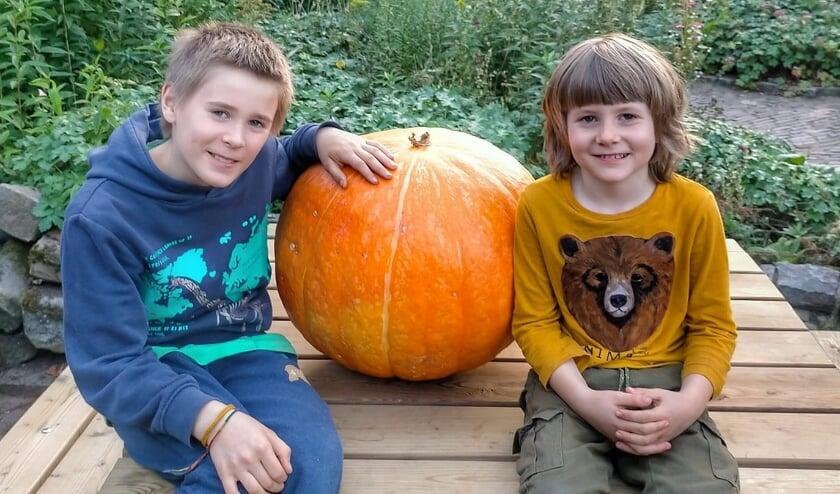 Luka en Atreyu Kumeling laten de grote pompoen zien